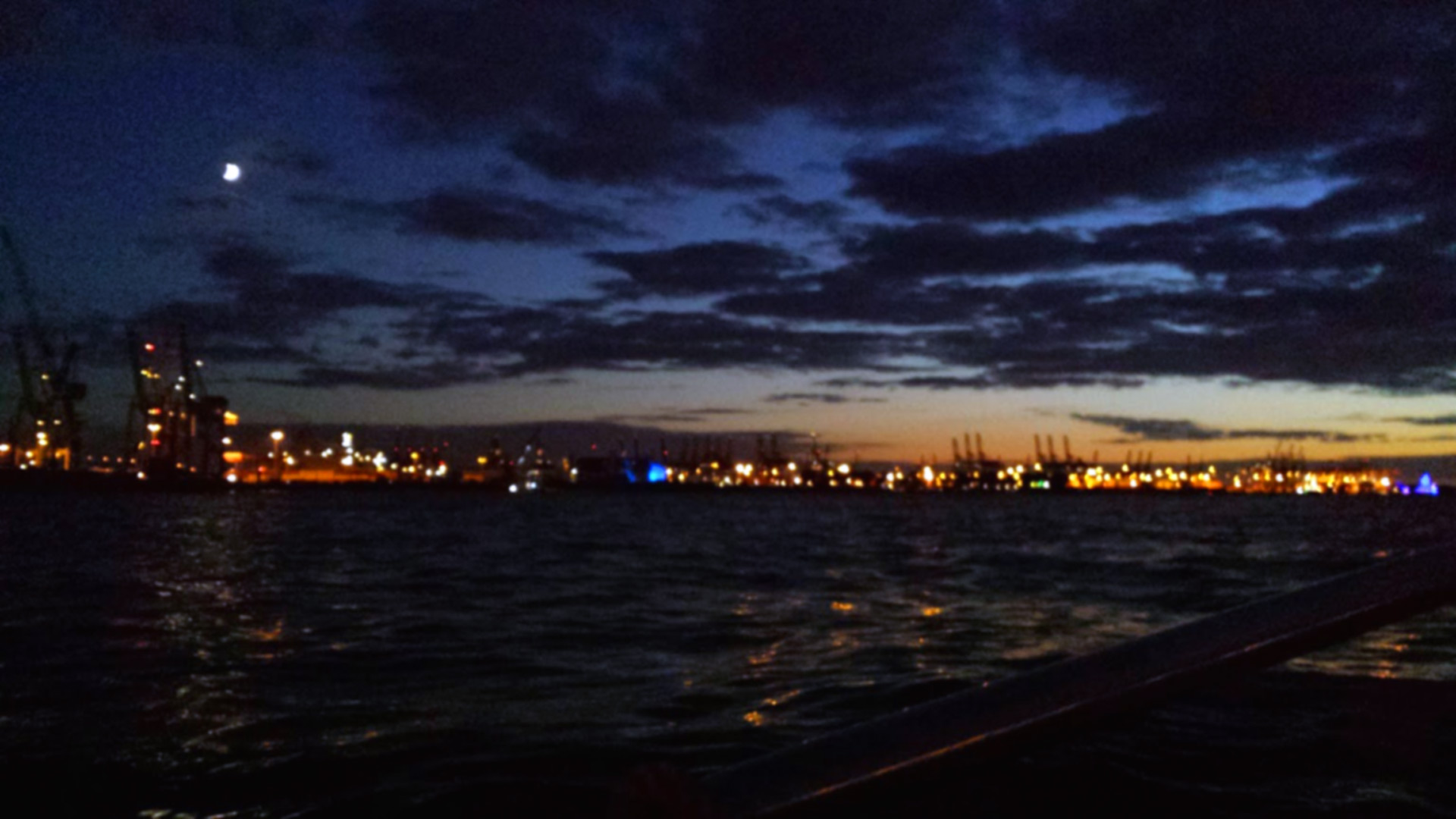 Everything blinks, flashes and lights up from time to time: Only a skilled sailor can navigate safely by night.