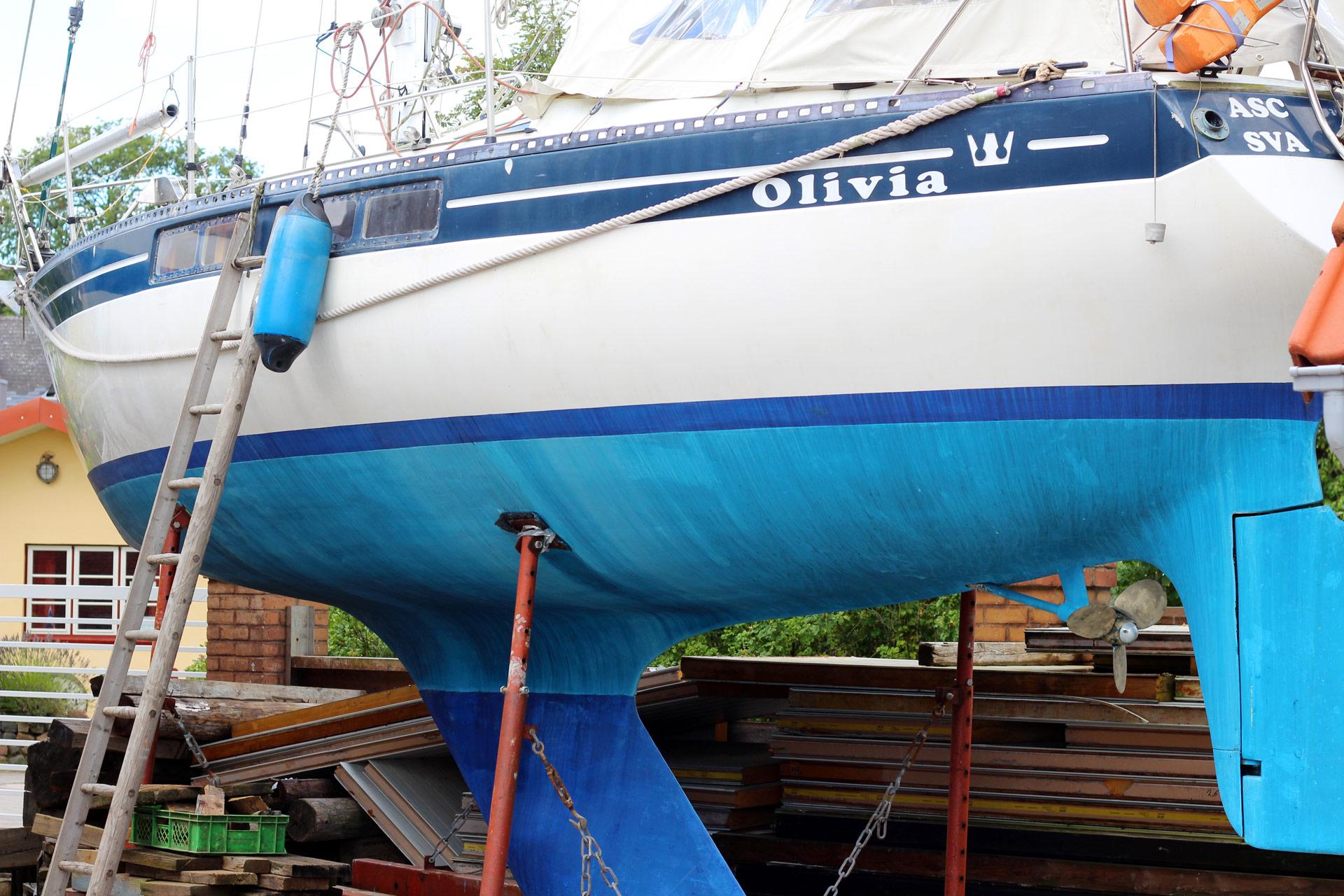 This still beautiful 40 year ol Kingscruiser 33 hull has a 103 Yardstick