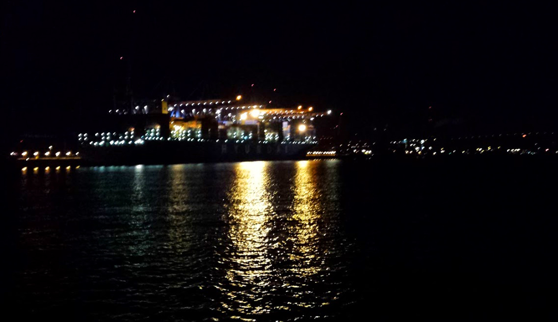 Steering my way through Hamburg port at night: Thank god I now know which leading lights to home on to.