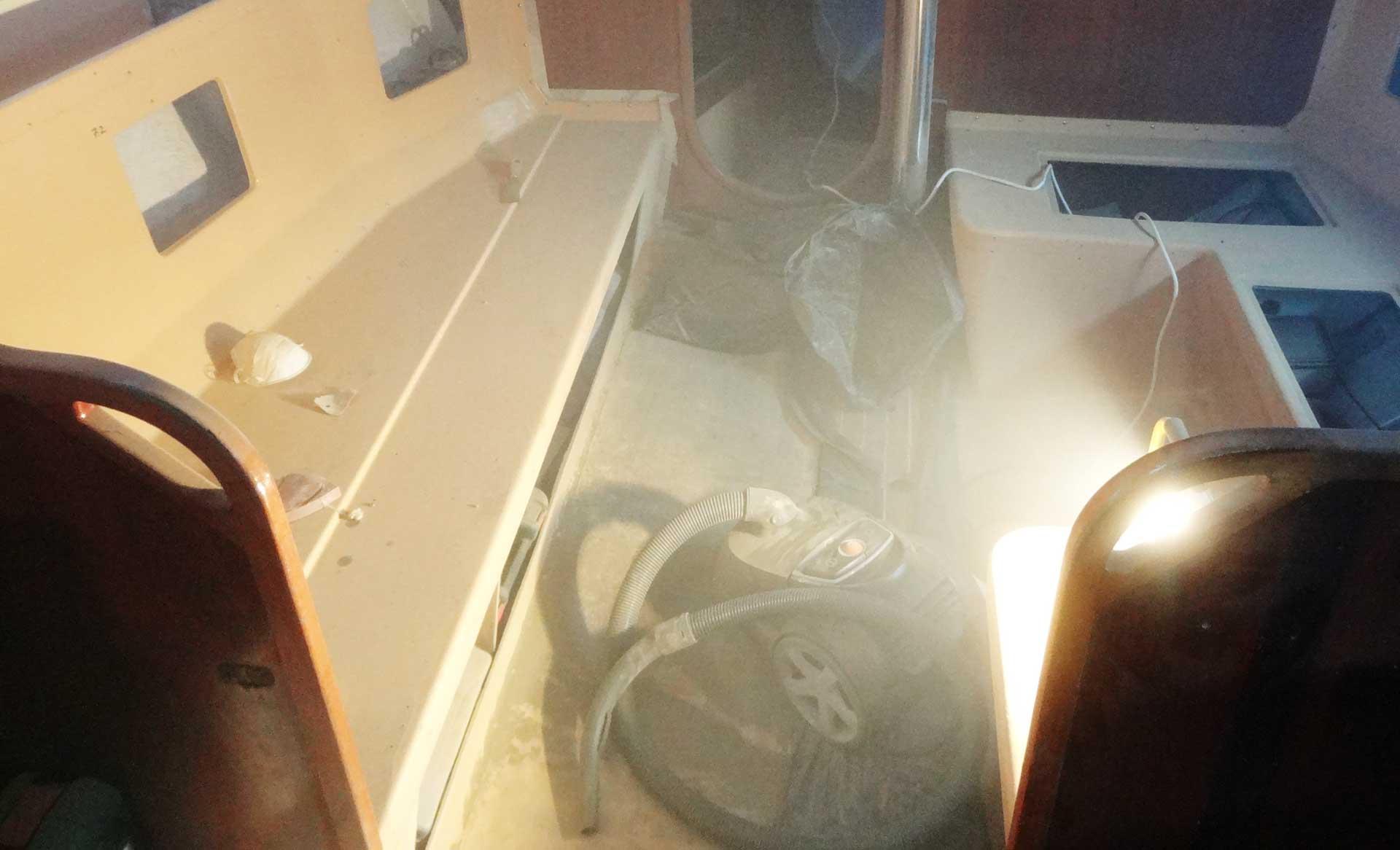 It´s getting dusty inside my yacht: Grinding business.