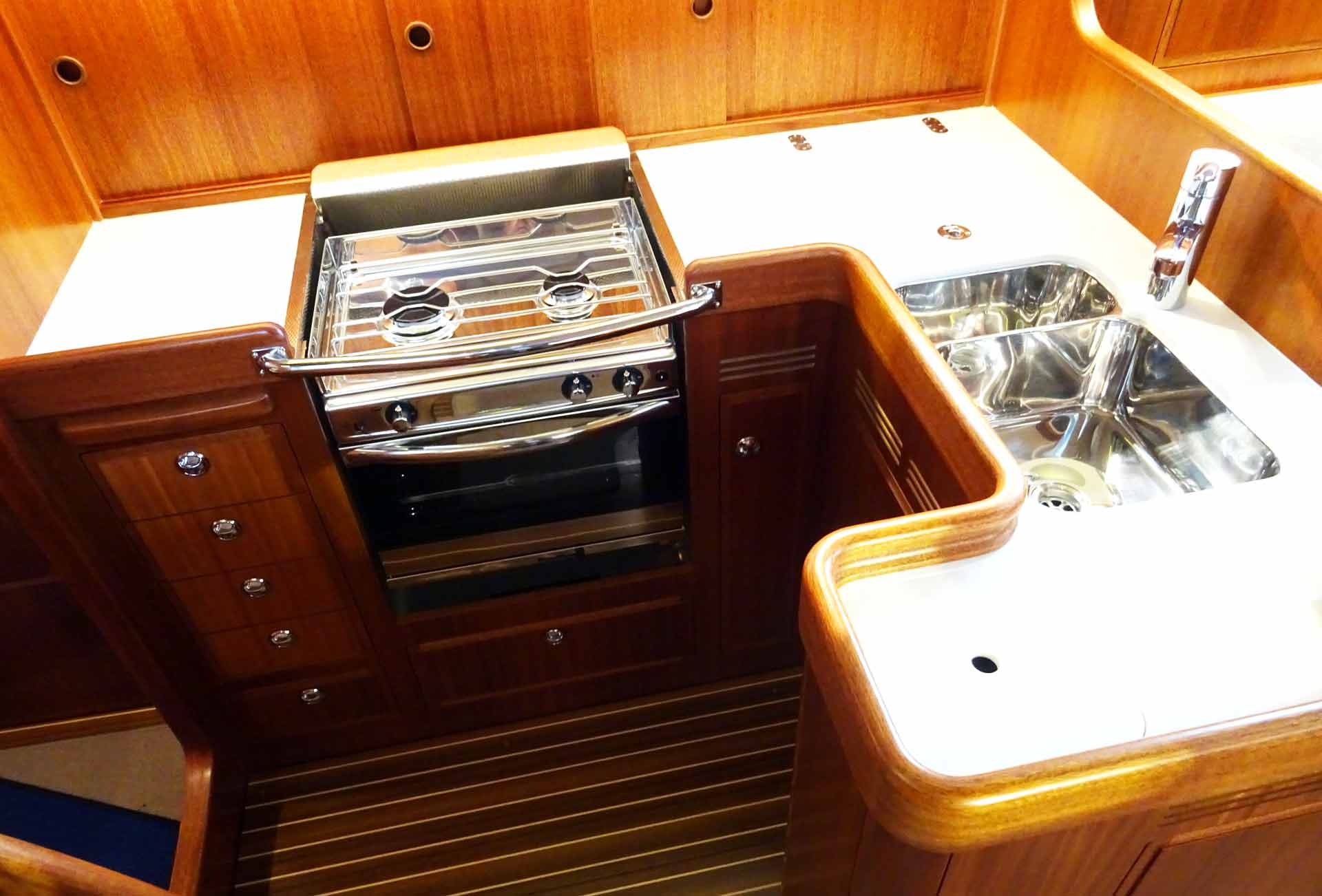 Perfect shaped and well fitted: The Galley of the Hallberg-Rassy 372